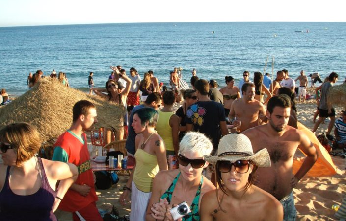 Beachparty im Surfcamp in Spanien, Andalusien